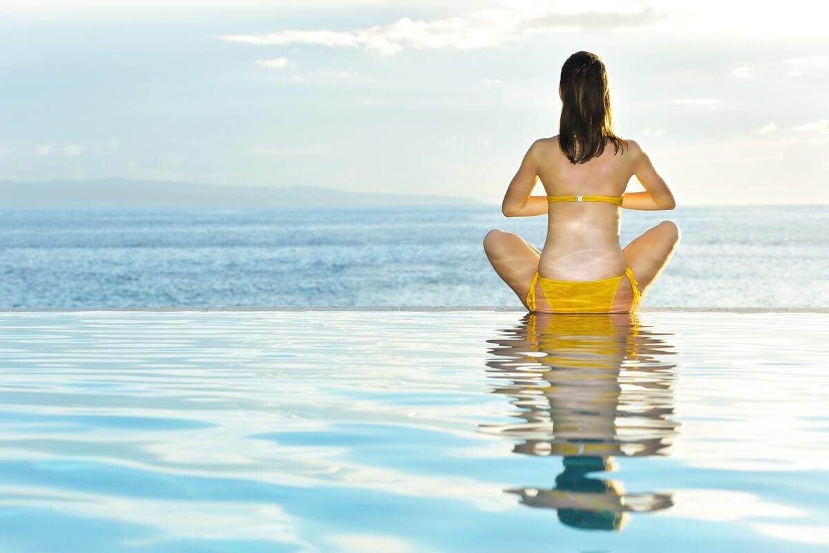 Yoga acuático en una piscina.