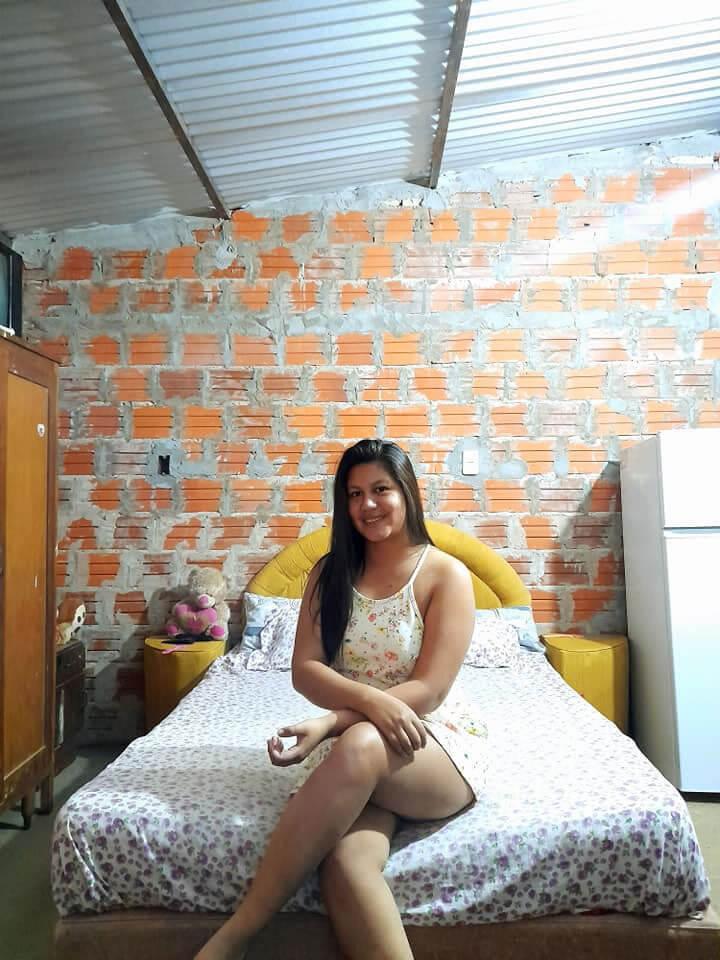La joven feliz en su casa