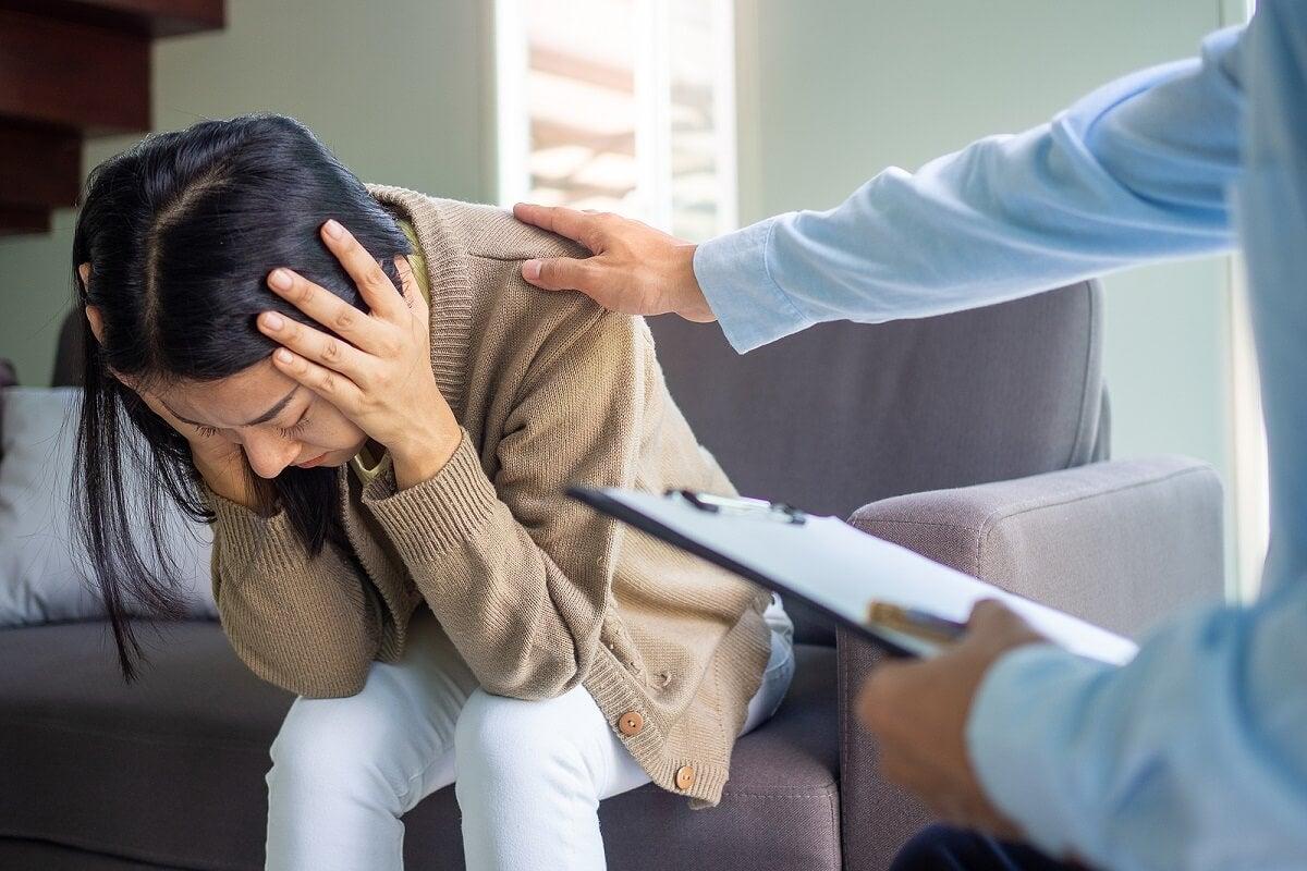 Mulher tendo crise no consultório do terapeuta
