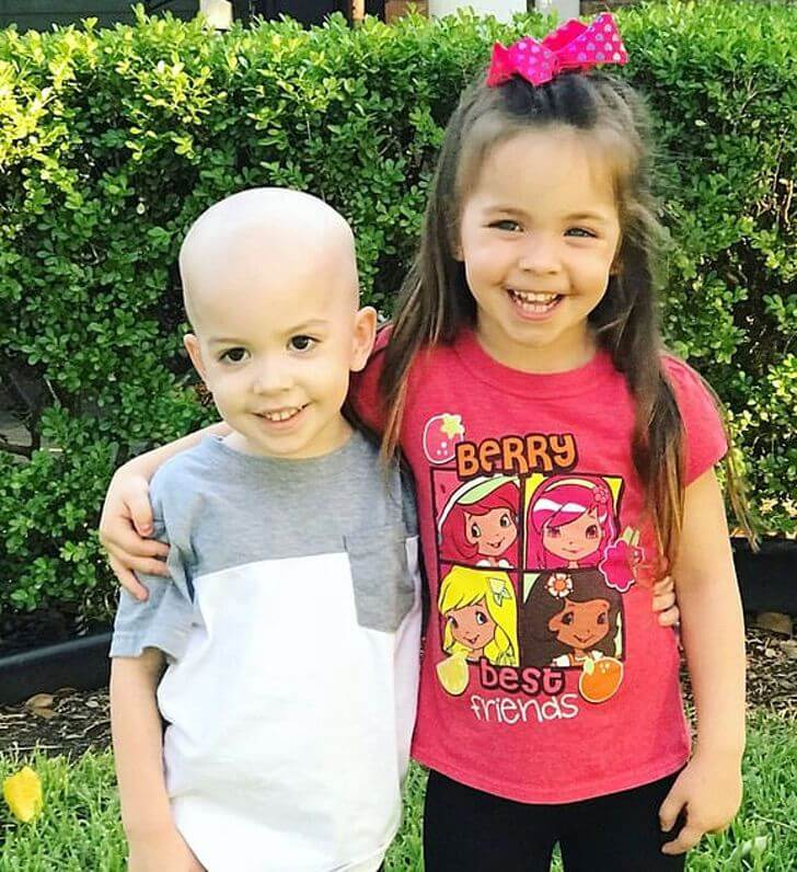 Niño junto a su hermana